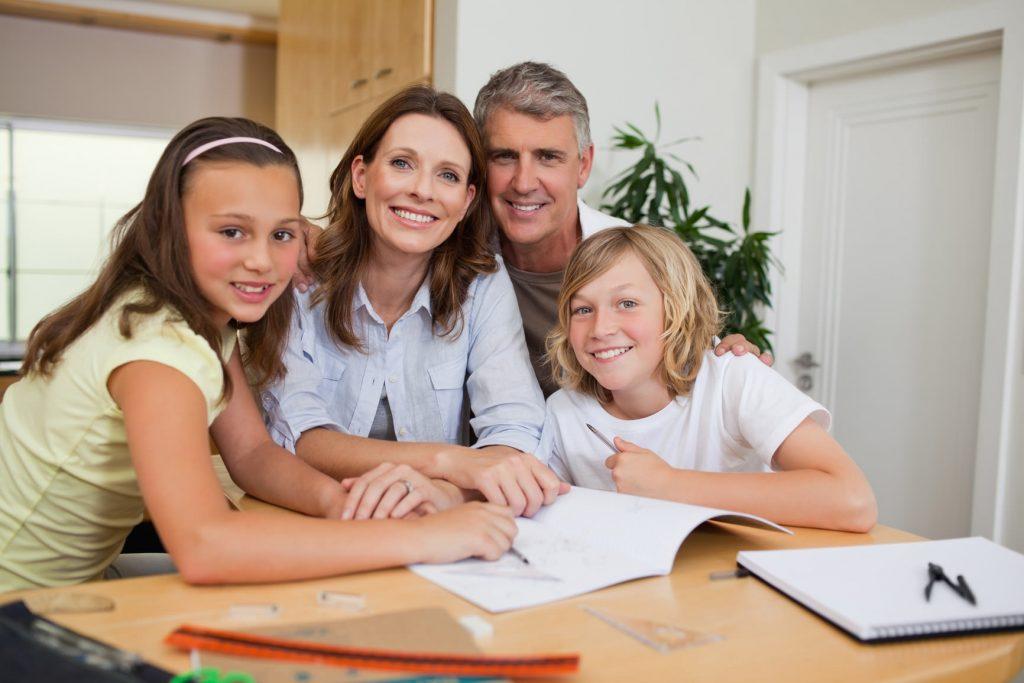 Famiglia fare i compiti